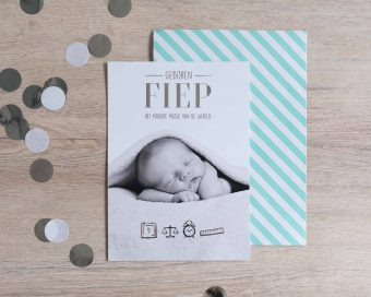 Grote geboortekaart met foto en zilveren tekst