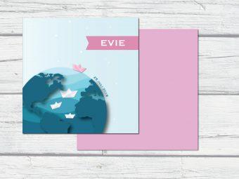 Geboortekaartje met wereldbol en gevouwen bootje